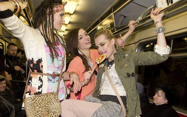 Trzy modelki pozujące do zdjęć - trzeba przyznać, że to dość niecodzienny widok dla osób podróżujących codziennie warszawskim metrem. Finalistki programu