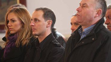 Ryan Sullivan (w środku) z żoną Pauliną w kościele w Górsku podczas mszy żużlowców