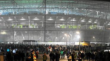 Kibice przed stadionem miejskim we Wrocławiu
