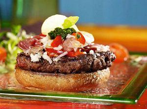 Hamburger z szynką parmeńską i pesto