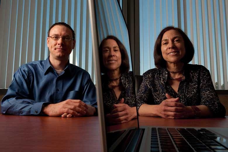 Prof. Gloria Mark i Stephen Voida z Uniwersytetu Kalifornijskiego w Irvine