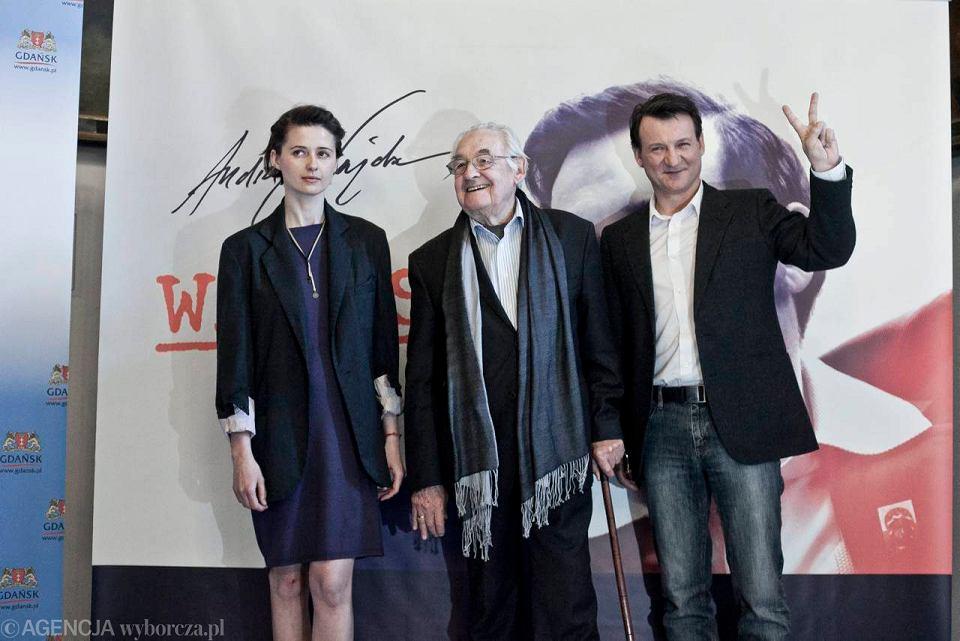 Andrzej Wajda i aktorzy: Agnieszka Grochowska (Danuta Wałęsa) i Robert Więckiewicz (Lech Wałęsa)