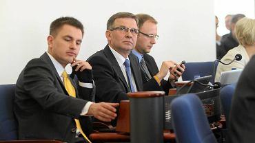 Arkadiusz Myrcha podczas sesji rady miasta w Toruniu. Obok inni rajcy PO: Waldemar Przybyszewski i Paweł Gulewski.