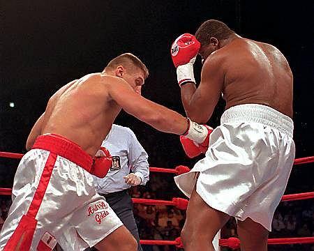 11 lipca 1996 r. Andrzej Gołota walczył z Riddickiem Bowe. Na zdjęciu cios poniżej pasa