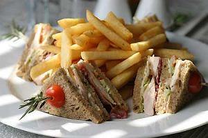 Club Sandwich (tost z kurczakiem i jajkiem)