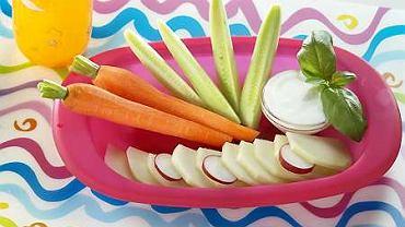 Pokrojona w cienkie paski kalarepka, marchewka i surowy ogórek podane z dipem jogurtowym