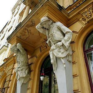 Krakowiak i góral podpierają balkon przy Mokotowskiej 57