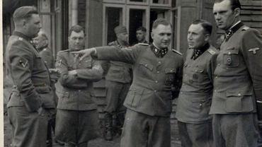 Grupa oficerów SS przy Solahutte (miejsce wypoczynkowe w Auschwitz dla esesmanów). Na zdjęciu od lewej: Josef Kramer, Josef Mengele, Richard Baer i Karl Hoecker.
