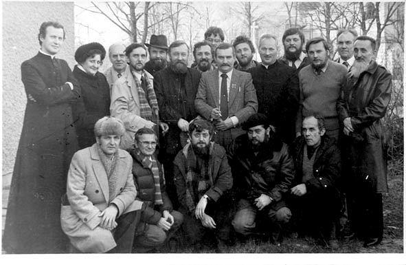 Oprócz Lecha Wałęsy, księdza Józefa Wójcika oraz wypowiadających się w tekście działaczy 'S' rozpoznaliśmy jeszcze wśród stojących: Jadwigę Cygan z Kielc, działacza 'S' z Mesko Józefa Wójcika (trzeci z lewej), działaczy z Kielc Henryka Kulińskiego (czwarty z lewej), Michała Chałońskiego (w kapeluszu), Feliksa Chliwińskiego z Suchedniowa (pierwszy z lewej obok Wałęsy) i Mariana Kozłowskiego (między Wałęsą a ks. Wójcikiem), działacza z Mesko Stanisława Mazura (czwarty z prawej), byłego przewodniczącego świętokrzyskiej 'S' Mariana Jaworskiego (trzeci z prawej), ochroniarza Wałęsy Henryka Mażula (drugi z prawej) i działacza z Mesko Edmunda Borowca (pierwszy z prawej). Pierwszy z prawej w dolnym rzędzie Jerzy Spolitak zmarł w 2004 roku. Nie żyją także Borowiec, Kuliński i Mażul