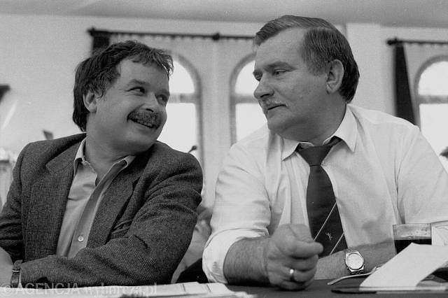 Lech Kaczyński i Lech Wałęsa w 1990 r. w Stoczni Gdańskiej