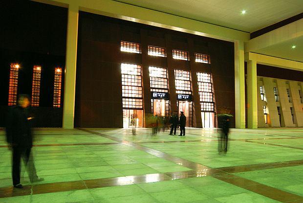 Główny hol dworca w Lhasie, Podróż pociągiem z Pekinu do Tybetu, podróże, azja