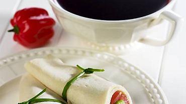 Barszczyk paprykowy i pasztecik-roladka z  awokado; Naczynia: kremowa Villa Italia, seria Venice, TAZZA