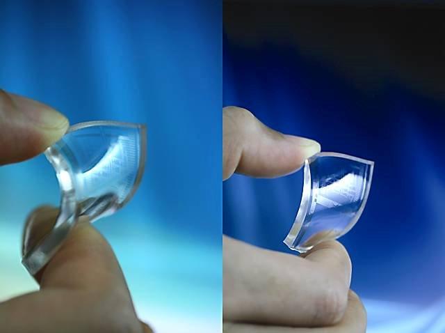 Cieniutkie elektrody z grafenu naniesione na kawałek przezroczystego i giętkiego plastiku