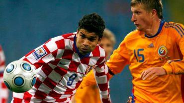 Eduardo (z lewej) walczy o piłkę z Dorinem Goianem z Rumunii