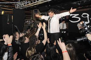 Najmłodszy już nie jest, ale Tomasz Karolak wie, jak szaleje się na scenie. Wczoraj w warszawskim Hard Rock Cafe dał próbkę swoich możliwości. Zabawa była przednia!
