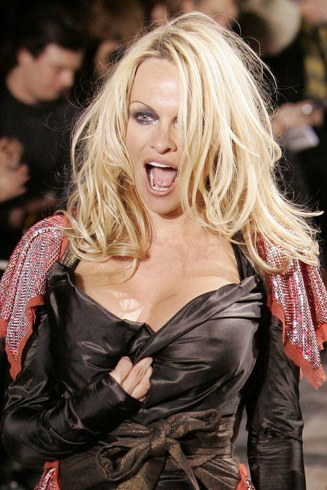 Pamela Anderson w roli modelki w czasie pokazu Vivienne Westwood.