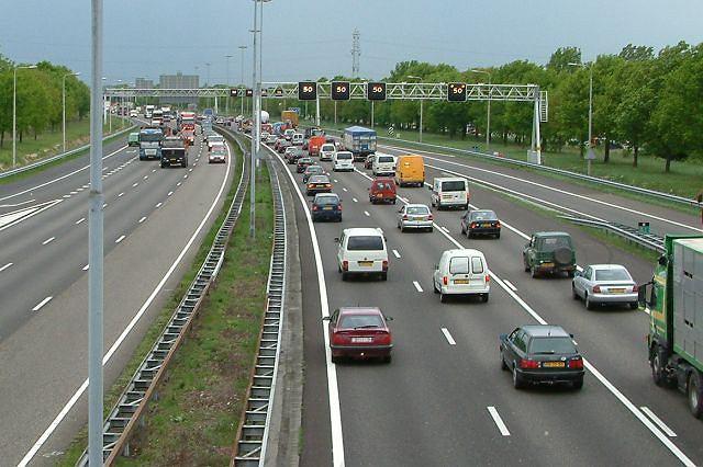 Autostrada w Holandii. Dozwolona prędkość to 120 km/h