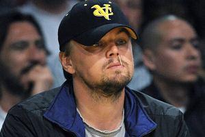 Na pierwszy rzut oka tak wygląda, ale nie. Leo DiCaprio jest po prostu pochłonięty obserwowaniem swojej ukochanej drużyny Los Angeles Lakers. Wśród widzów można zobaczyć Denzela Washingtona czy Jacka Nicholsona. Gwiazdy kochają NBA.