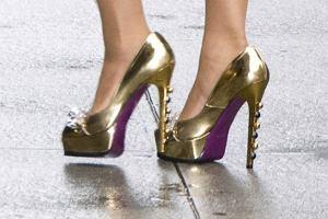 Złote szpilki być może były i modne, ale jakiś czas temu. Boyonce jednak nie przejmuje się narzucanymi trendami i nosi, co tylko jej się podoba. A w oko wpadły jej akurat te oto odważne szpileczki.