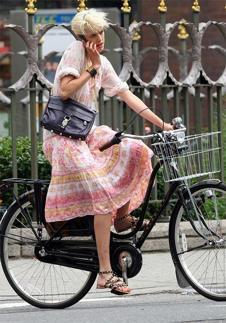 Agyness Deyn na rowerze