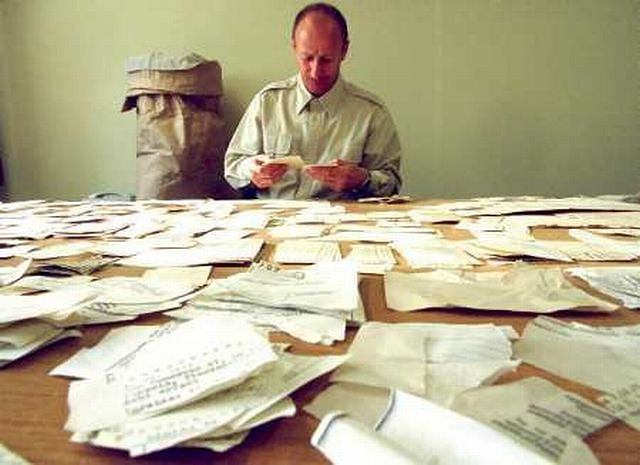 Próba odtworzenia dokumentów, które Stasi chciała zniszczyć AP/FRANK BOXLER
