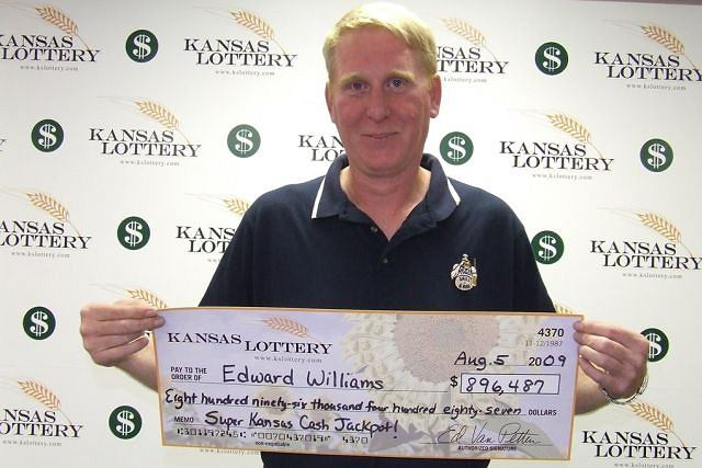 47-latek we wrześniu zdrapał kupon za 10 dolarów - wygrał 75 tysięcy. W środę skreślił odpowiednie liczby i trafił główną wygraną na loterii Super Kansas Cash - prawie 900 tysięcy dolarów! Jak widać, przypadki zdarzają się często.