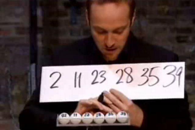 Derren Brown i jego szczęśliwe numery. fot. za You Tube/rogerbloggerut