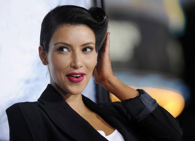 Nie była to jakaś wielka sensacja, ale zmiana koloru włosów Kim Kardashian na blond odbiła się echem po serwisach plotkarskich. Gwiazdka reality chyba nie czuła się w nim dobrze, więc poinformowała, że wraca do natury. Blond musi poczekać do następnych wakacji. Wygląda korzystniej?