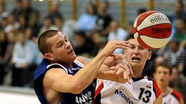Marcin Kolowca (z prawej) walczy z Aleksem Dunnem