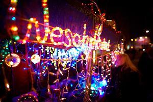 Lampki na choinkę: tradycyjne kontra LED