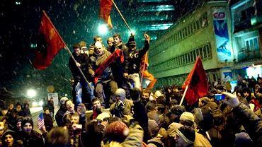 Prisztina, Kosowo (2008 rok). Kosowcy Albańczycy cieszą się po ogłoszeniu deklaracji niepodległości Kosowa.