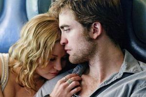 Robert Pattinson to bożyszcze kobiet. Każdy film z jego udziałem jest skazany na sukces. O czym opowiada nowy film z Pattinsonem? Twój na zawsze to historia chłopaka, którego brat popełnił samobójstwo, a rodzice się rozwiedli. Główny bohater szuka sensu życia. Pewnie znajdzie je w ramionach pięknej kobiety...