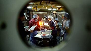 Lekarze na statku USS Bataan właśnie odebrali poród w porcie w Grand Goave na Haiti