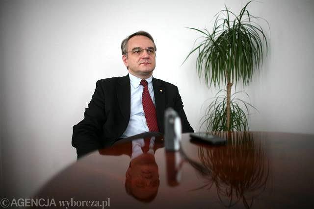 Waldemar Pawlak w swoim gabinecie