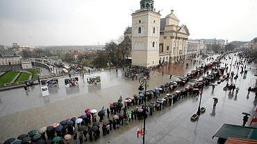 Kolejka czekających na Krakowskim Przedmieściu, żeby oddać cześć parze prezydenckiej