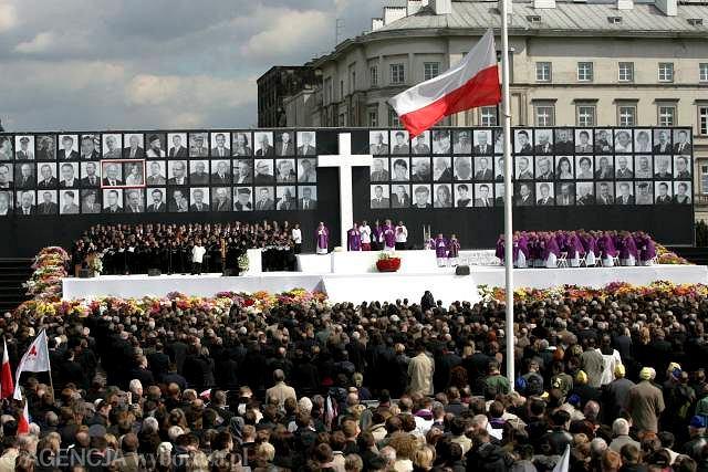 Uroczystości żałobne z placu Piłsudskiego transmitują między innymi telewizje czeska i rosyjska