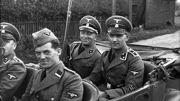 Zdjęcie esesmanów spod Opatowa z 1939 r. Autorzy ulotki sugerują, że za kierownicą siedzi Donald Tusk senior. Ojciec premiera miał wtedy dziewięć lat