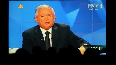Jarosław Kaczyński na telebimie w sztabie PiS