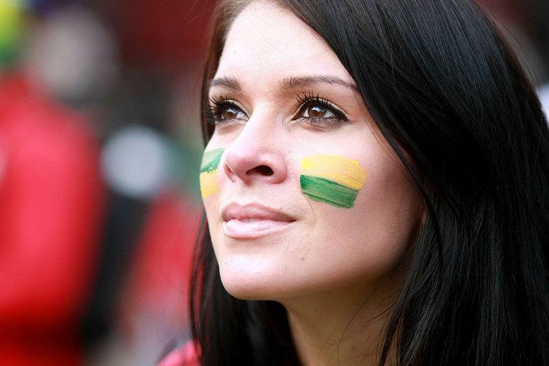Słynny lekarz Ludwik Hirszfeld powiedział kiedyś, że najtańszy sposób zdobycia kobiety to błyszczeć, a najgłębszy - rozmarzyć. Tę sympatyczkę reprezentacji Brazylii futbol rozkochał do głębi.