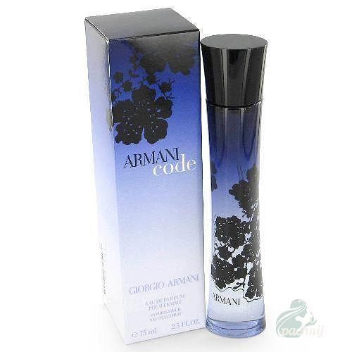 <b>Armani Code</b><br> Powstał z myślą o kobiecie zmysłowej, namiętnej i pewnej swojej atrakcyjności. Kobieta Armani Code gra spojrzeniem, przyciąga uwagę intrygując i zniewalając mężczyzn tajemniczym kodem uwodzenia. Motywem przewodnim zapachu jest kwiat pomarańczy, który w oczach Giorgio Armani stanowi kwintesencję kobiecości. Harmonijne połączenie tego szlachetnego kwiatu z wyrafinowaną nutą jaśminu Sambac z Indii wzbogaca otulający aromat wanilii z Madagaskaru, dopełniając kwiatowo-orientalną kompozycję subtelnego, lecz bezgranicznie zmysłowego zapachu. To kwintesencja kobiecości, o fascynującej, magnetycznej sile przyciągania