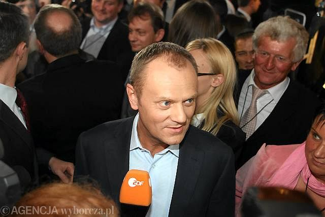 Donald Tusk z dziennikarzami po ogłoszeniu sondażowych wyników wyborów