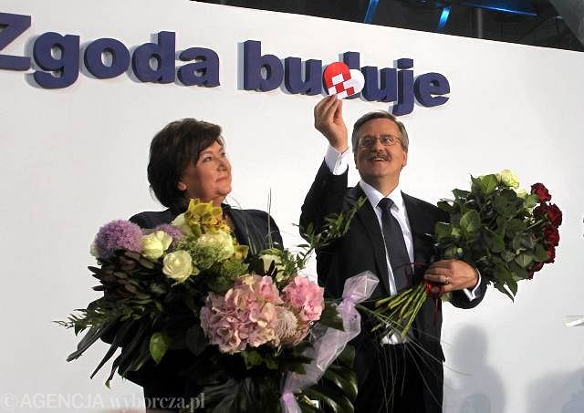 Bronisław Komorowski z żoną po ogłoszeniu wyników sondażowych