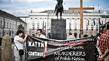 16 czerwca, Warszawa. Pikieta ''Katyń trwa nadal'' pod Pałacem Prezydenckim