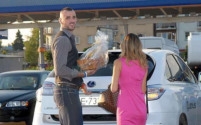 Marcin Gortat z dziewczyną, pojawił się na warszawskim Ursynowie w jednym z hipermarketów. Koszykarz wręczał tam nagrodę w konkursie