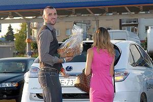 Marcin Gortat z dziewczyną, pojawił się na warszawskim Ursynowie w jednym z hipermarketów. Koszykarz wręczał tam nagrodę w konkursie Zmierz się z Gortatem.