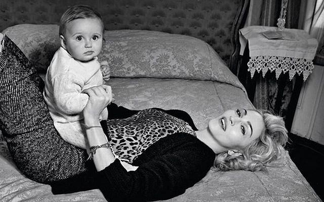 Nowa odsłona zdjęć Madonny z jesienno-zimowej kampanii Dolce&Gabbana. Wprawdzie stroje mało jesienne. Tym bardziej nie zimowe. Ale jest czym nacieszyć oczy.