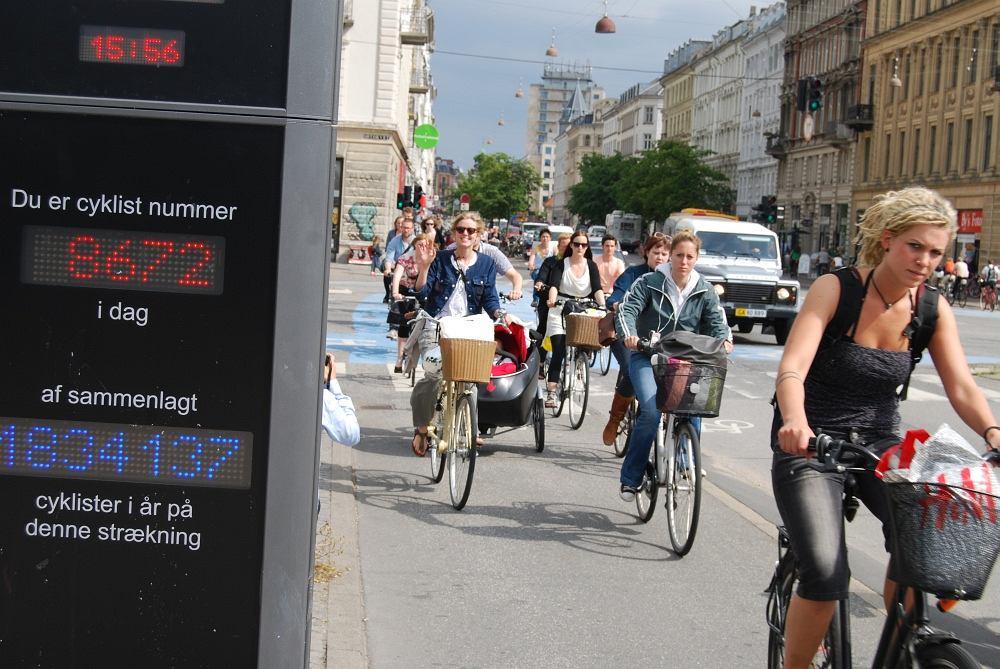Ulica Kopenhagi w godzinach szczytu. Licznik rowerzystów: