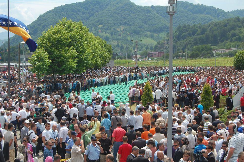 40 tysięcy osób pożegnało kolejne zidentyfikowane szczątki ofiar masakry w Srebrenicy