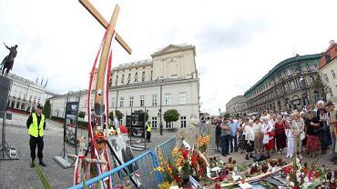 PiS chce, żeby pomnik stanął przy Krakowskim Przedmieściu. Tam, gdzie gromadziły się tłumy po katastrofie smoleńskiej