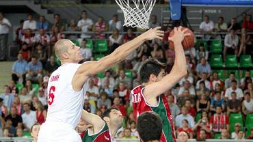Maciej Lampe walczy o zbiórkę w meczu z Portugalią